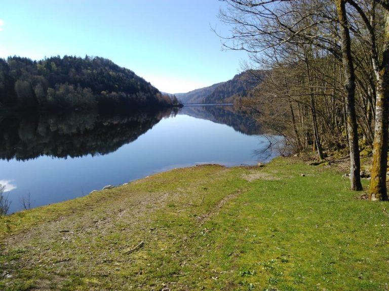 Le lac de Kruth-Wildenstein est situé au cœur du Massif des Vosges. Entouré de forêts et des plus hauts sommets du Massif vosgien,