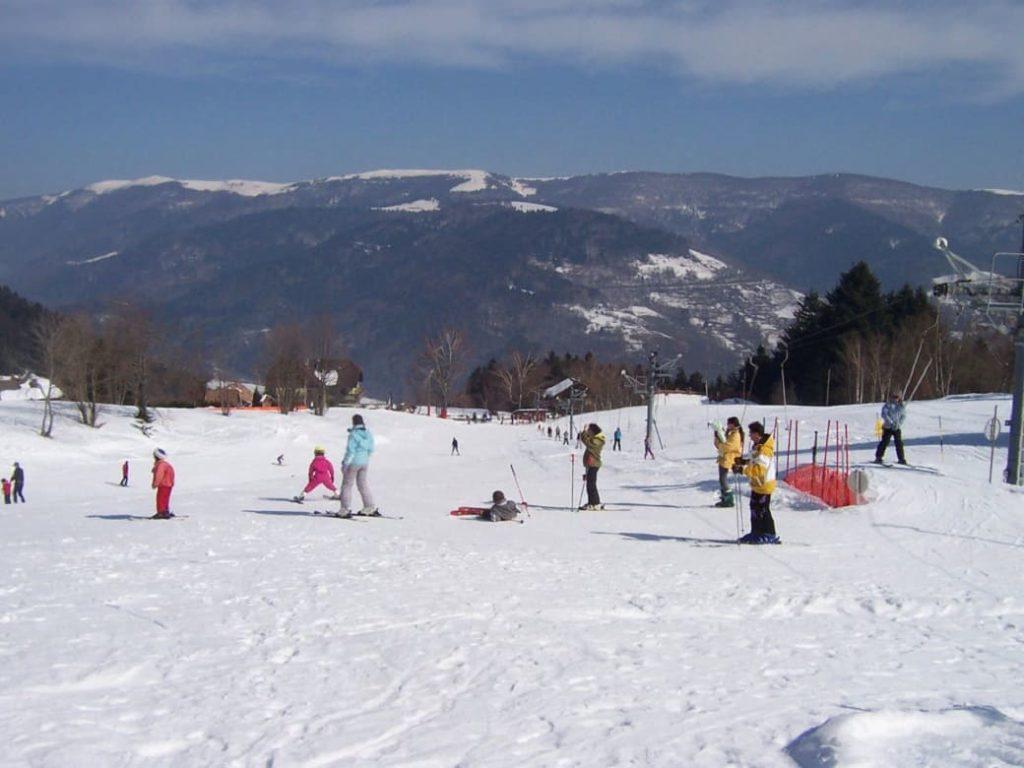 Le Frenz est un charmant hameau de montagne situé à 770m, sur les hauteurs de la commune de Kruth. Si vous cherchez une station pour apprendre à faire du ski loin de la foule des grandes stations, Le Frenz est la station toute indiquée !